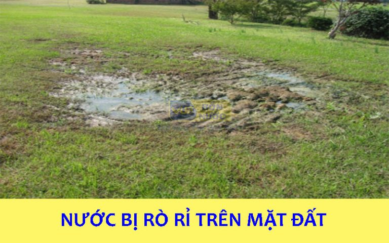 nước bị rò rỉ trên mặt đất