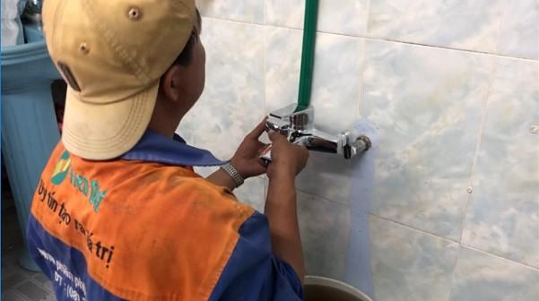 Thị công đường ống lắp đặt máy nước nóng năng lượng mặt trời